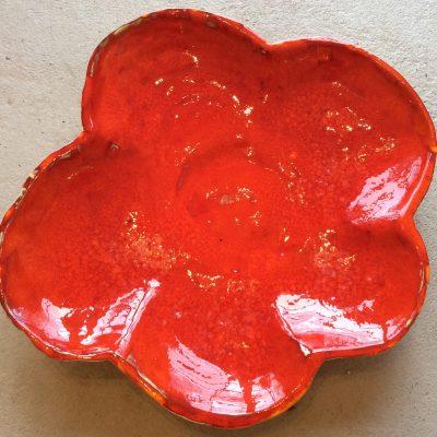 Stort rött fat stengodslera
