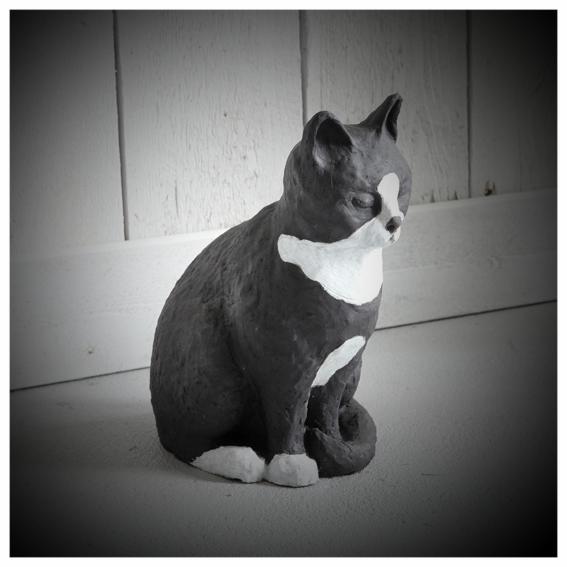 Svart och vit katt stengodslera