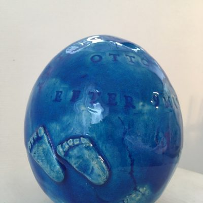 Doppresent - blått keramikägg med önskad text.